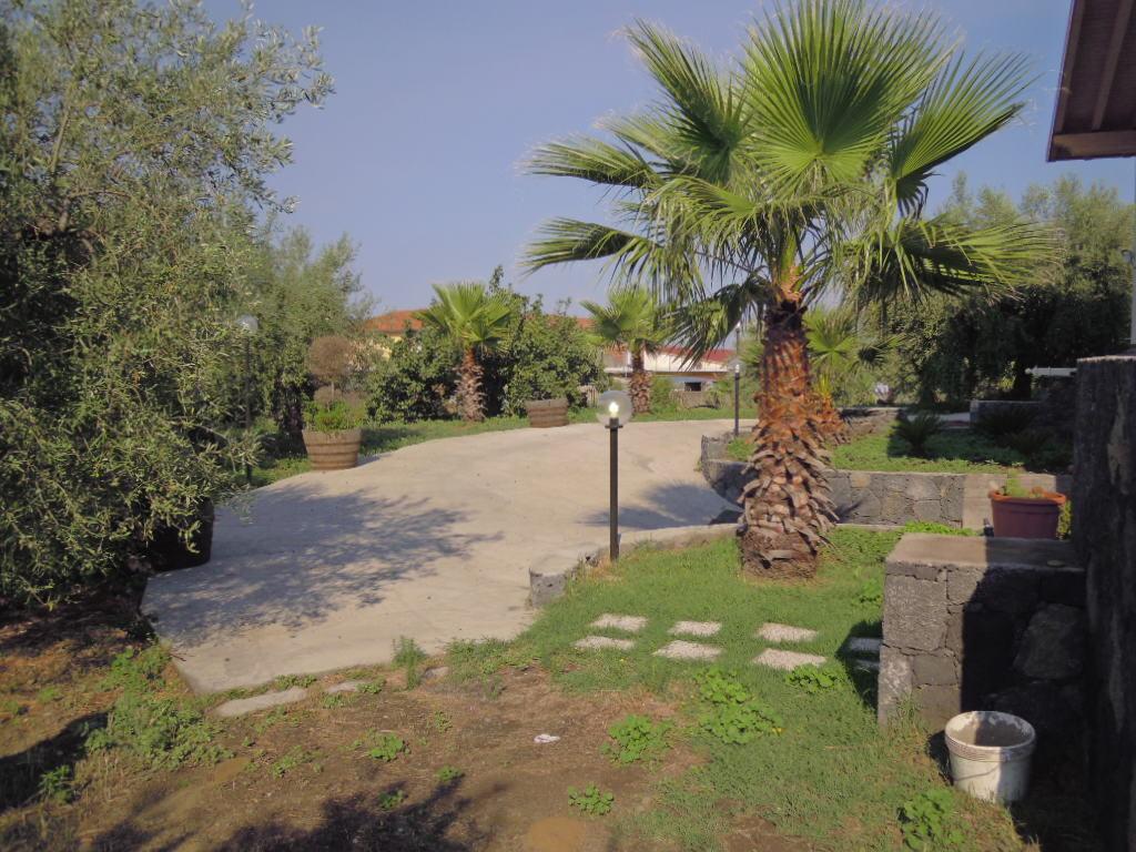 Villa singola con rifiniture di pregio e 4000 mq di - Rifiniture giardino ...